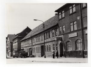 Ansicht eines verwahrlosten Fachwerkhauses in der Herrenstraße in Suhl, ca. 1960er Jahre