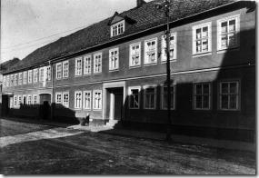 Meine Mutter als Kind 1930 vorm Elternhaus